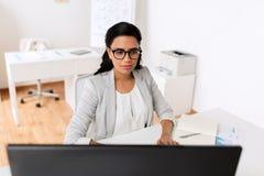Επιχειρηματίας με τον υπολογιστή που λειτουργεί στο γραφείο Στοκ Εικόνα