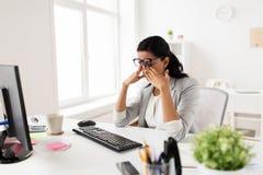 Επιχειρηματίας με τον υπολογιστή που λειτουργεί στο γραφείο Στοκ φωτογραφίες με δικαίωμα ελεύθερης χρήσης