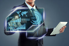 Επιχειρηματίας με τον υπολογιστή ταμπλετών που λειτουργεί στην οθόνη στοκ φωτογραφία με δικαίωμα ελεύθερης χρήσης