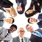 Επιχειρηματίας με τους συναδέλφους της που χρησιμοποιούν το lap-top Στοκ Φωτογραφίες
