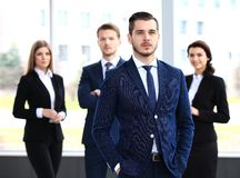 Επιχειρηματίας με τους συναδέλφους στοκ εικόνες