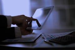 Επιχειρηματίας με το δάχτυλο σχετικά με την οθόνη Στοκ εικόνες με δικαίωμα ελεύθερης χρήσης