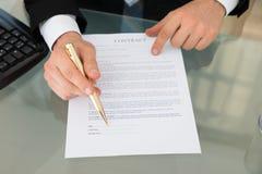 Επιχειρηματίας με το έγγραφο μανδρών και συμβάσεων στο γραφείο Στοκ φωτογραφία με δικαίωμα ελεύθερης χρήσης