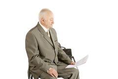 Επιχειρηματίας με το έγγραφο σε ένα χέρι Στοκ εικόνες με δικαίωμα ελεύθερης χρήσης
