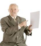 Επιχειρηματίας με το έγγραφο σε ένα χέρι Στοκ φωτογραφία με δικαίωμα ελεύθερης χρήσης
