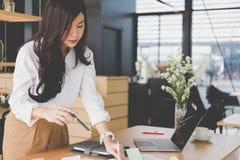 Επιχειρηματίας με το έγγραφο στον εργασιακό χώρο εργασία γυναικών ξεκινήματος Στοκ φωτογραφίες με δικαίωμα ελεύθερης χρήσης