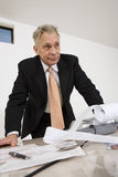 Επιχειρηματίας με το έγγραφο υπολογιστών Στοκ φωτογραφία με δικαίωμα ελεύθερης χρήσης