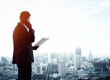 Επιχειρηματίας με το έγγραφο Στοκ Εικόνες