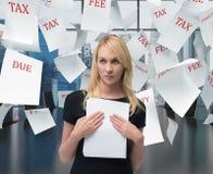 Επιχειρηματίας με το έγγραφο Στοκ φωτογραφία με δικαίωμα ελεύθερης χρήσης
