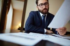 Επιχειρηματίας με το έγγραφο Στοκ φωτογραφίες με δικαίωμα ελεύθερης χρήσης