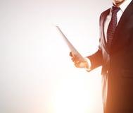 Επιχειρηματίας με το έγγραφο Στοκ εικόνα με δικαίωμα ελεύθερης χρήσης