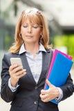 Επιχειρηματίας με το έξυπνο τηλέφωνο Στοκ φωτογραφίες με δικαίωμα ελεύθερης χρήσης