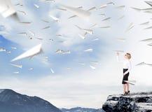 Επιχειρηματίας με το αεροπλάνο εγγράφου Στοκ φωτογραφίες με δικαίωμα ελεύθερης χρήσης