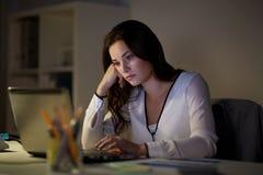 Επιχειρηματίας με το γραφείο lap-top τη νύχτα Στοκ Φωτογραφίες