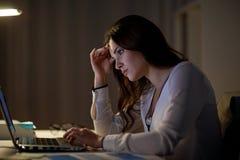 Επιχειρηματίας με το γραφείο lap-top τη νύχτα Στοκ εικόνα με δικαίωμα ελεύθερης χρήσης
