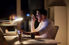 0 επιχειρηματίας με το γραφείο smartphone τη νύχτα Στοκ Εικόνες