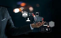 Επιχειρηματίας με το δίκτυο κάρρων αγορών και πελατών εικονιδίων Στοκ εικόνες με δικαίωμα ελεύθερης χρήσης