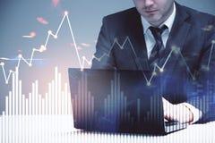Επιχειρηματίας με το διάγραμμα lap-top και επιχειρήσεων Στοκ εικόνες με δικαίωμα ελεύθερης χρήσης
