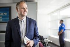 Επιχειρηματίας με το διαβατήριο και πέρασμα τροφής στον αερολιμένα Στοκ εικόνες με δικαίωμα ελεύθερης χρήσης