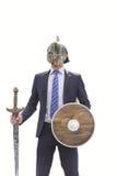 Επιχειρηματίας με το καλυμμένες ξίφος και την ασπίδα ιπποτών Στοκ Εικόνα