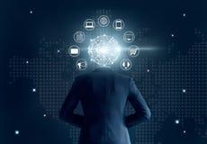 Επιχειρηματίας με το κεφάλι σύνδεσης παγκόσμιων δικτύων, στο σκοτεινό υπόβαθρο, το κανάλι Omni ή το πολυ κανάλι Στοκ Φωτογραφία