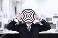 Επιχειρηματίας με το κεφάλι bullseye στο γραφείο Στοκ Εικόνα