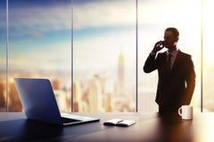 Επιχειρηματίας με το κινητό τηλέφωνο Στοκ Εικόνες