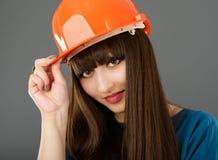 Επιχειρηματίας με το κράνος κατασκευής Στοκ Εικόνες