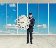 0 επιχειρηματίας με το μεγάλο ρολόι Στοκ Εικόνες