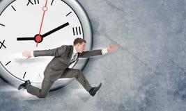 Επιχειρηματίας με το μεγάλο ρολόι Στοκ Εικόνες