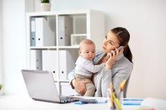 Επιχειρηματίας με το μωρό και smartphone στο γραφείο Στοκ φωτογραφίες με δικαίωμα ελεύθερης χρήσης