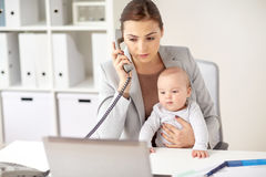 Επιχειρηματίας με το μωρό που καλεί το τηλέφωνο στο γραφείο Στοκ Εικόνα