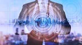 Επιχειρηματίας με το ολόγραμμα πόλεων και τη φουτουριστική τεχνολογία φουτουριστική επιχειρησιακή τεχνολογία δημιουργών Στοκ εικόνες με δικαίωμα ελεύθερης χρήσης