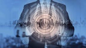 Επιχειρηματίας με το ολόγραμμα πόλεων και τη φουτουριστική τεχνολογία φουτουριστική επιχειρησιακή τεχνολογία δημιουργών Στοκ Φωτογραφία