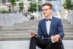 Επιχειρηματίας με το περιστασιακό ύφος στην πόλη Στοκ φωτογραφία με δικαίωμα ελεύθερης χρήσης
