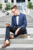 Επιχειρηματίας με το περιστασιακό ύφος στην πόλη Στοκ εικόνες με δικαίωμα ελεύθερης χρήσης