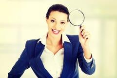 Επιχειρηματίας με το πιό magnifier γυαλί στοκ εικόνες με δικαίωμα ελεύθερης χρήσης