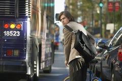 Επιχειρηματίας με το ποδήλατο στο δρόμο με έντονη κίνηση Στοκ φωτογραφία με δικαίωμα ελεύθερης χρήσης