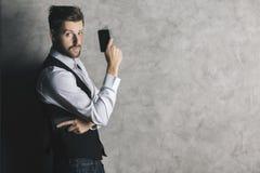 Επιχειρηματίας με το πυροβόλο όπλο κινητών τηλεφώνων Στοκ εικόνα με δικαίωμα ελεύθερης χρήσης
