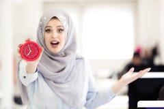 Επιχειρηματίας με το ρολόι που είναι αργά για τα προϊόντα της Στοκ Εικόνες