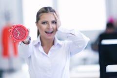 Επιχειρηματίας με το ρολόι που είναι αργά για τα προϊόντα της Στοκ εικόνες με δικαίωμα ελεύθερης χρήσης
