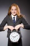 Επιχειρηματίας με το ρολόι που είναι αργά Στοκ εικόνες με δικαίωμα ελεύθερης χρήσης