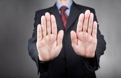 Επιχειρηματίας με το σημάδι χεριών στάσεων Στοκ φωτογραφία με δικαίωμα ελεύθερης χρήσης