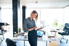 Επιχειρηματίας με το σημειωματάριο στο γραφείο στο γραφείο της Στοκ εικόνες με δικαίωμα ελεύθερης χρήσης