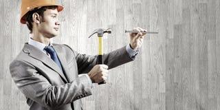 Επιχειρηματίας με το σφυρί Στοκ φωτογραφία με δικαίωμα ελεύθερης χρήσης