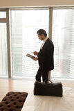 Επιχειρηματίας με το ταξί κλήσεων αποσκευών από το ξενοδοχείο Στοκ Εικόνες