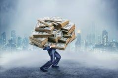 Επιχειρηματίας με το τεράστιο ποσό των χρημάτων Στοκ φωτογραφία με δικαίωμα ελεύθερης χρήσης
