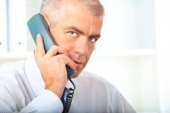 Επιχειρηματίας με το τηλέφωνο γραμμών εδάφους Στοκ Φωτογραφία