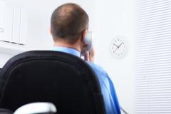 Επιχειρηματίας με το τηλέφωνο Στοκ φωτογραφία με δικαίωμα ελεύθερης χρήσης