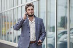 Επιχειρηματίας με το τηλέφωνο και πορτοφόλι στην αστική περιοχή Στοκ φωτογραφία με δικαίωμα ελεύθερης χρήσης